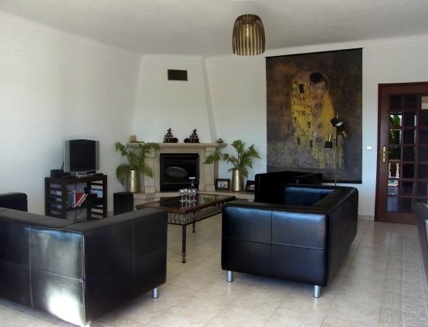 Ruime woonkamer met twee banken en een fauteuil
