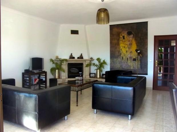 Ruime woonkamer met twee banken en een fauteuil-001